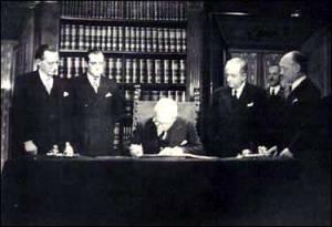 Il Capo dello Stato, Enrico De Nicola, firma la Costituzione italiana. 22 dicembre 1947