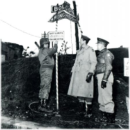 Monghidoro, Crocetta: accompagnato del Generale Clark, il Deputato USA Martin Costello, Presidente del Comitato Parlamentare per gli Affari Militari, durante la visita al fronte Italiano annette il territorio liberato alla città di Los Angeles. 17 Dicembre 1944, foto Zeigler.