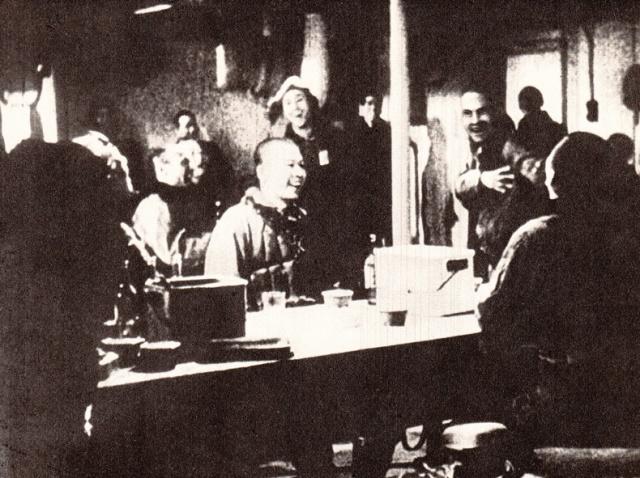 Piloti Giapponesi di ritorno dall' attacco a Pearl Harbor esultano ascoltando alla radio i resoconti dei risultati dell'azione