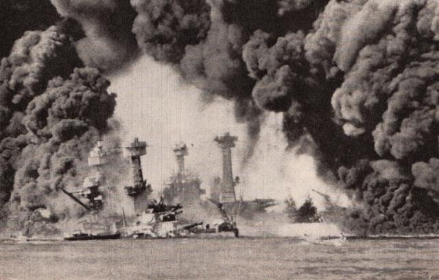 Le Corazzate USS West Virginia e USS Tennessee avvolte dalle fiamme