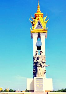 Il monumento all'amicizia cambogiano-vietnamita, costruito per commemorare la cacciata del regime dei Khmer rossi ad opera delle forze vietnamite il 7 gennaio 1979.
