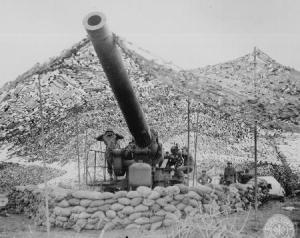 Un obice da 240 mm della batteria B appartenente alle truppe americane del 697° Battaglione di Artiglieria Campale si prepara a far fuoco sul territorio controllato dai tedeschi vicino a Cassino. Italia, gennaio 1944.