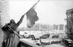 2 febbraio 1943, la bandiera sovietica sventola sulla piazza centrale: l'Armata Rossa ha vinto