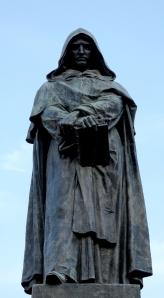 Il monumento in bronzo a Giordano Bruno nella piazza romana di Campo de' Fiori, opera dello scultore Ettore Ferrari (1889). Il filosofo è mostrato rivolgere il volto in direzione della Città del Vaticano, in segno di ammonimento alla Chiesa.