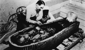 Howard Carter (Swaffham, 9 maggio 1874 – Londra, 2 marzo 1939) , Archeologo ed egittologo britannico, scopritore della tomba di Tutankhamon.
