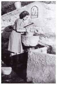 Col secchio alla fontana di Sant'Andrea di Savena (archivio M. Bacci)