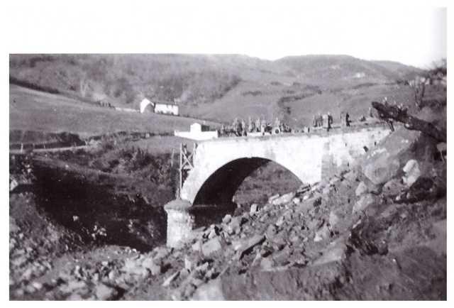 Il ponte sul Savena a Castel dell'Alpi distrutto dalle bombe nel 1944. L'attuale lago si formò solo nel 1951 (archivio Massimo Simoncini).