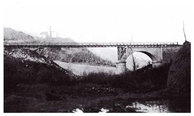 Castel dell'Alpi: il ponte provvisoriamente riattivato. Sullo sfondo la chiesa ora sconsacrata (archivio Massimo Uguzzoni-Massimo Simoncini)