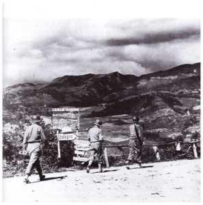 Statale 65 della Futa settembre 1944. La fanteria americana è a 70 Km. da Bologna (foto di Robert H. Schmidt, fotografo militare USA).