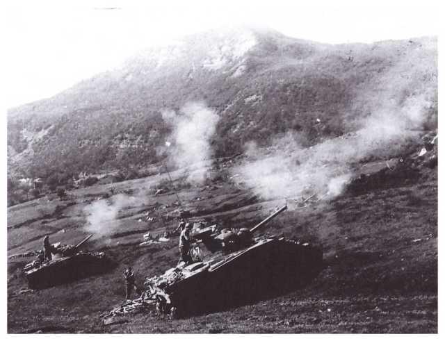 Carri armati americani sul Monte Oggioli nell'alta valle del Savena (foto di Robert H.Schmidt, fotografo militare USA).