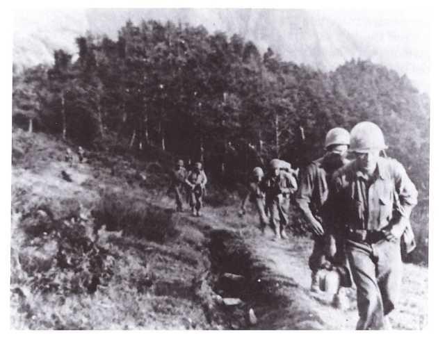 Oltre il Passo della Futa si cammina accanto ai caduti tedeschi (foto di Robert H.Schmidt).